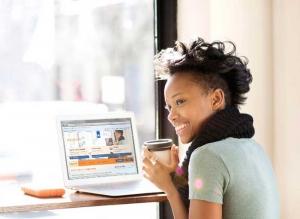 Vrouw zoekt informatie op site Belastingdienst