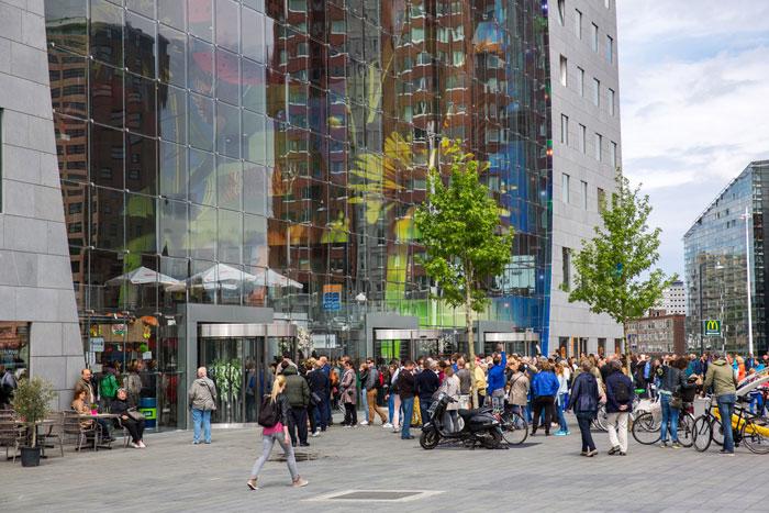 Nederlands straatbeeld groep mensen Rotterdam