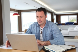 Man doet online aangifte