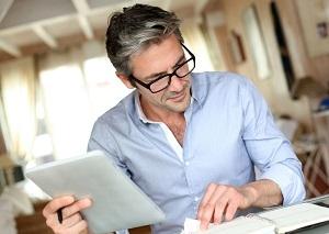 Man doet op iPad aangifte inkomstenbelastingen