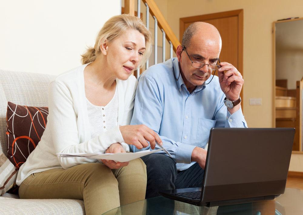 Echtpaar leest berichten uit de Berichtenbox