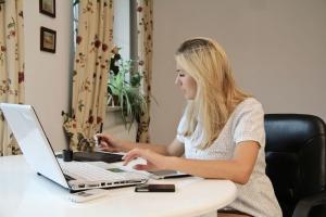 Vrouw doet online aangifte inkomstenbelasting 2016