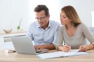 Jonge man en vrouw doen online aangifte inkomsten belastingen