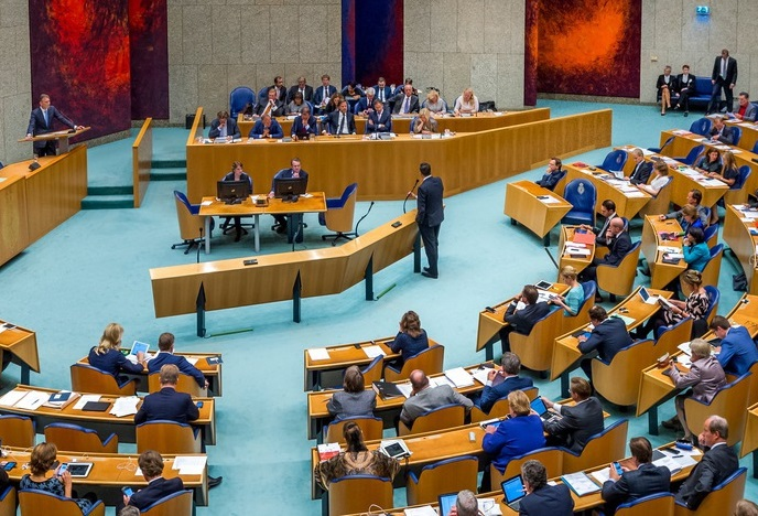 Leden vergaderen in Tweede Kamer