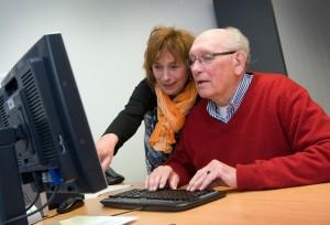 Vrouw van Mee helpt niet-digivaardige bij de aangifte inkomstenbelasting