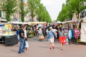 mensen lopen door Dappermarkt in Amsterdam