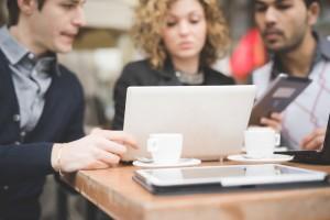 Jonge ICT talenten in bespreking en kijken naar laptop