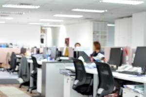Medewerkers aan het werk in een kantoor