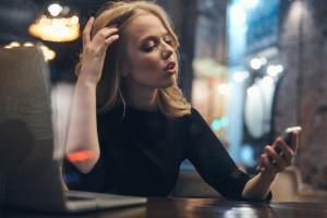 startende ondernemer schakelt hulp in met haar iphone en laptop