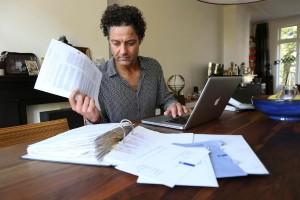 Een man dienst zijn belastingaangifte digitaal in.