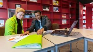 Sociaal raadsvrouw Brigitte van Lent biedt hulp bij de belastingaangifte