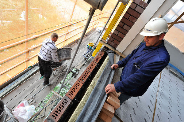 Bouwvakkers en metselaars aan het werk in de bouw