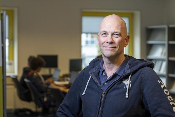 Karl Lovink werkt bij het Security Operations Center van de Belastingdienst, waar ze 24 uur per dag, 7 dagen per week klaar staan om DDoS-aanvallen en andere bedreigingen af te slaan.