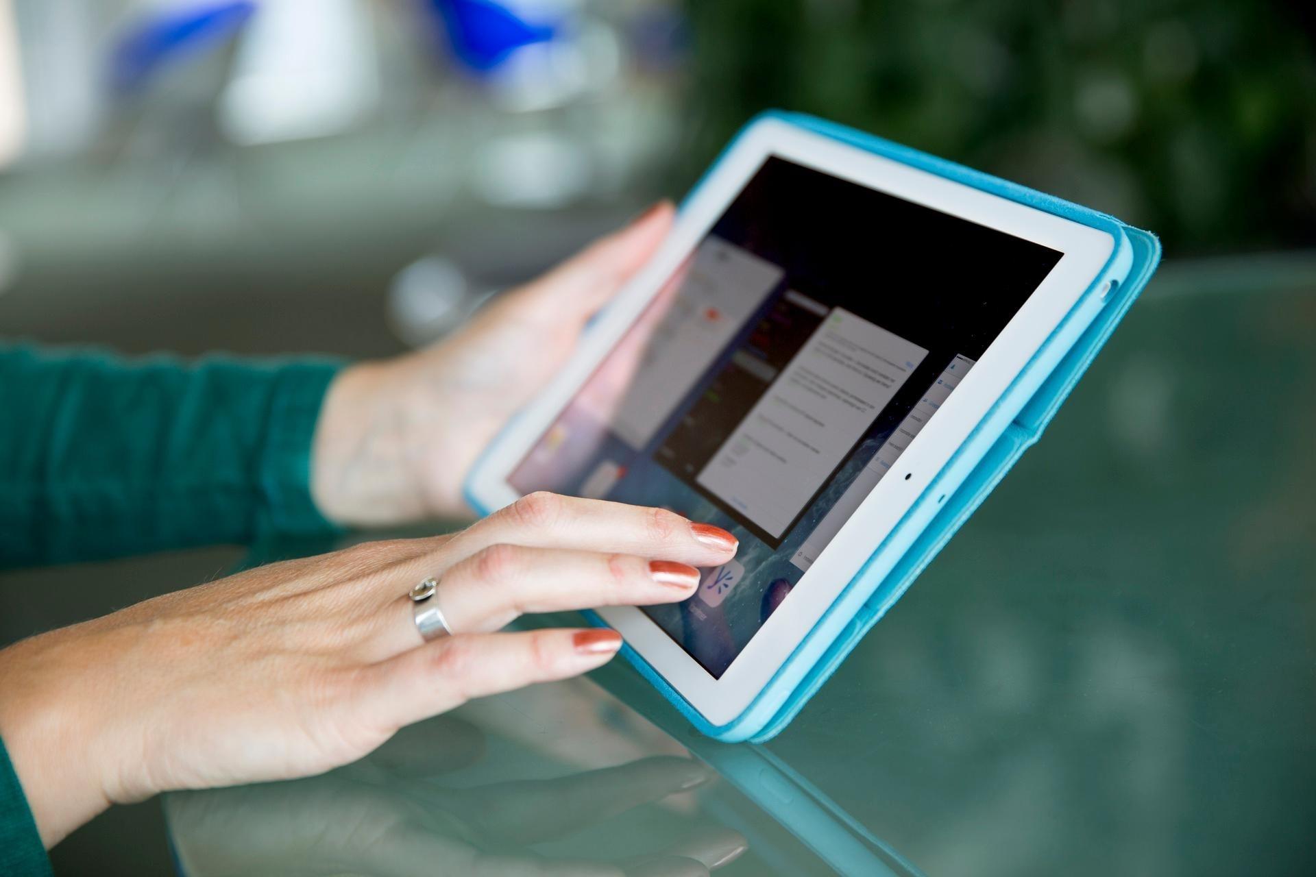 vrouw doet aangifte op iPad