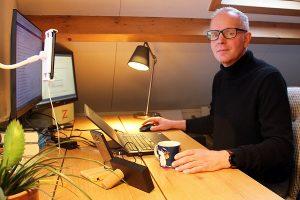 Ontwerper van de online aangifte Remco thuis aan het werk