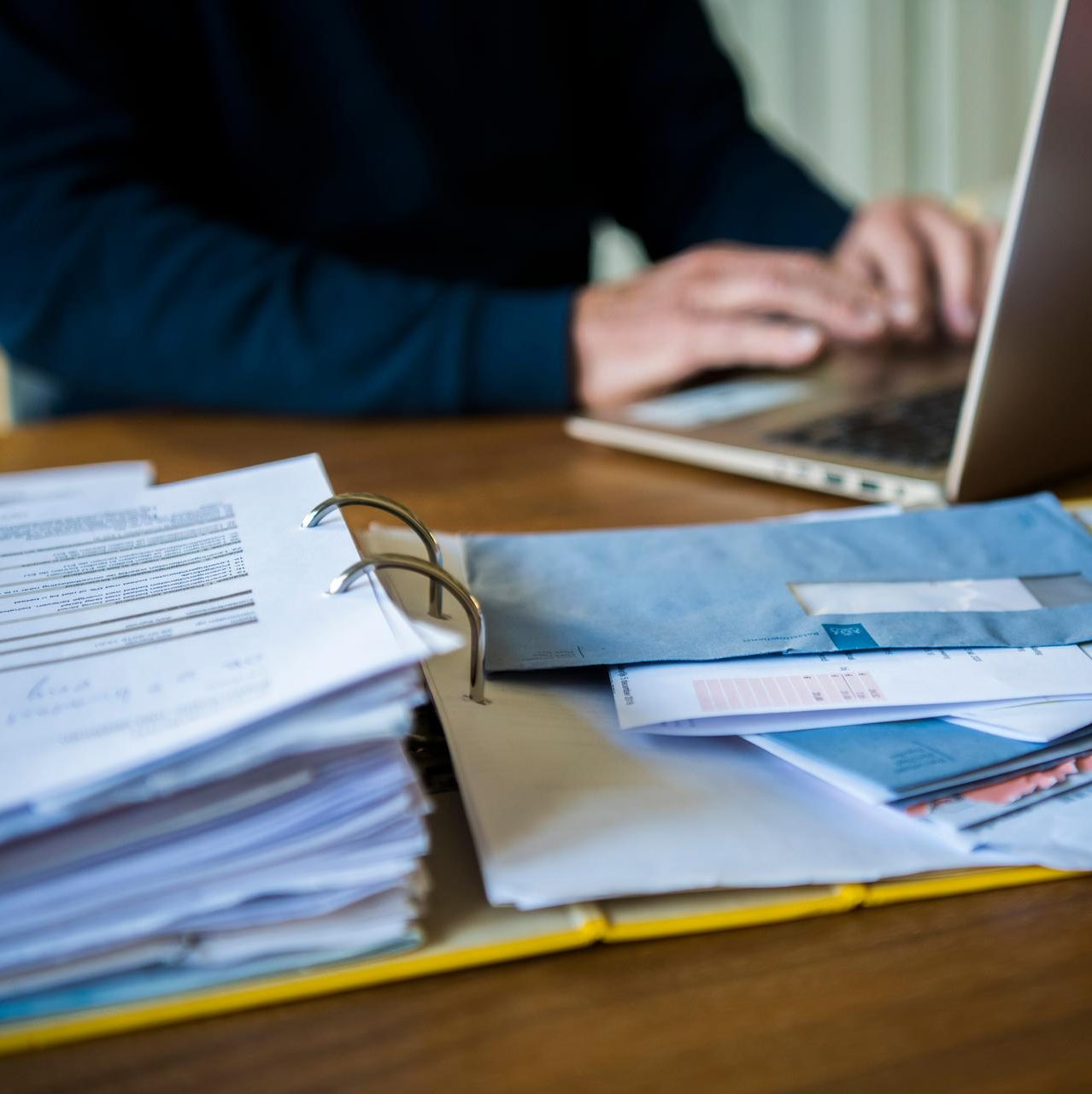 Man doet aangifte inkomstenbelasting op laptop.