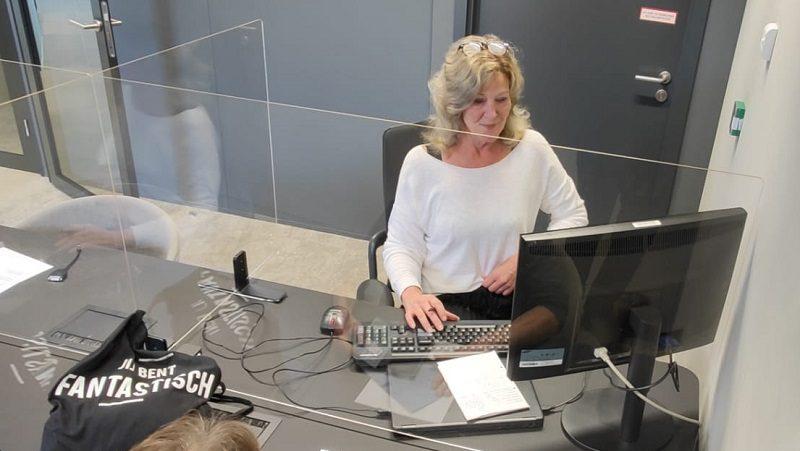 Corine van den Bosch biedt aangiftehulp op een belastingdienstkantoor